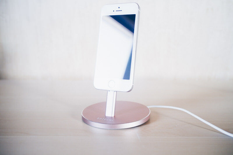 Satechi iphone charge stand IMG 0503 2