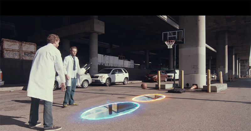Portal銃を使ってバスケットのシュートを競う二人の男性