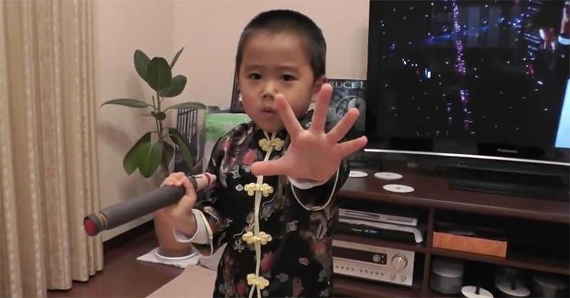 わずか4歳児が演じるヌンチャクシーン!