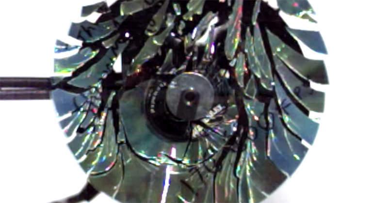 崩壊の美学!!CDを高速でスピンさせると、美しく割れる