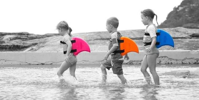 夏のプールに背びれでデビュー!?背びれの形な水泳補助具SwimFin