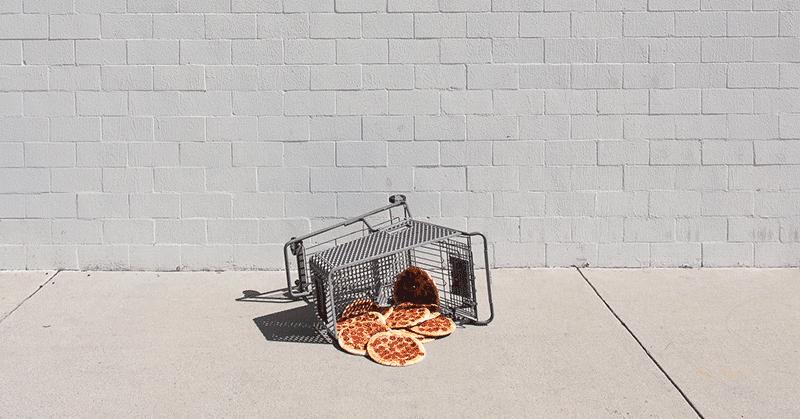 何でこんなところに?色んな場所にピザをセットしたシュールアート「pizza in the wild」