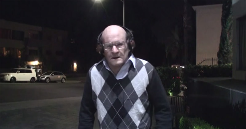 夜道でヘッドホンを付けたおじいちゃんが踊っちゃうドッキリ