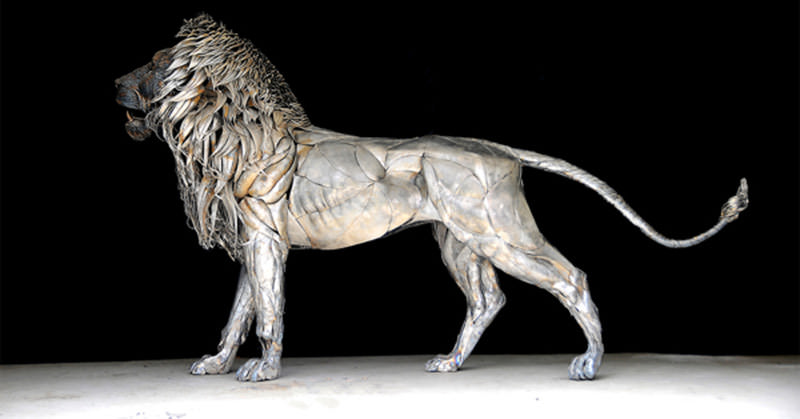 金属片で作られた輝くライオンのオブジェ