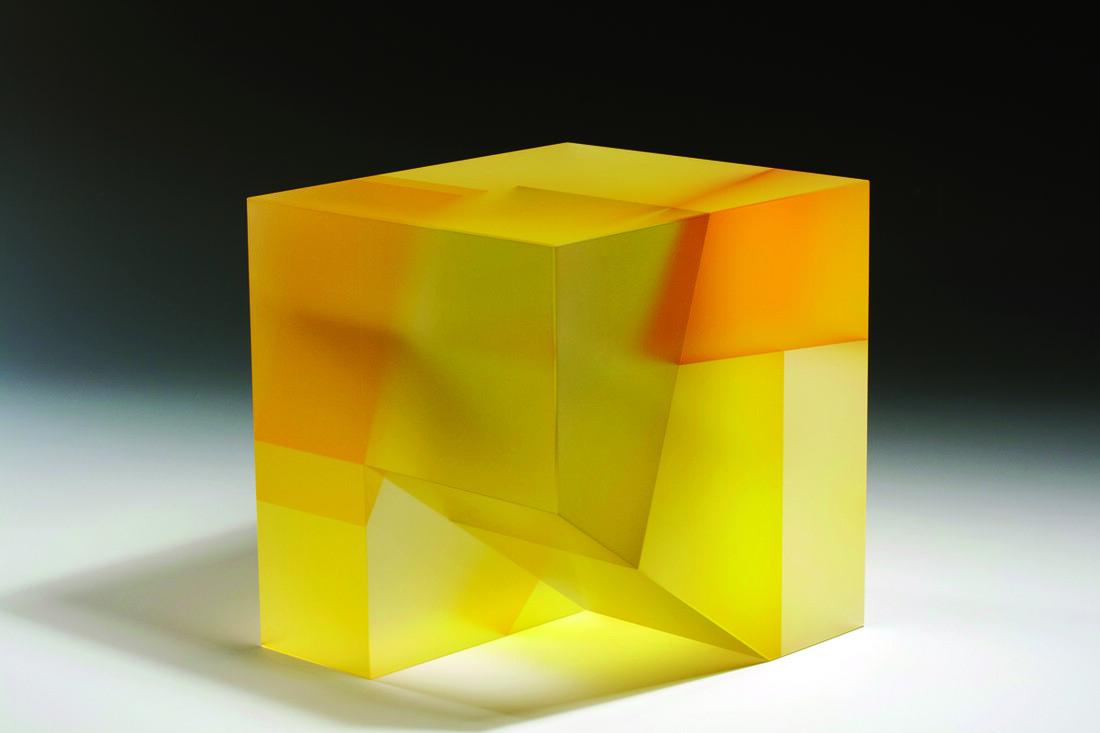 幾何学的なデザインが入ったガラスの彫刻