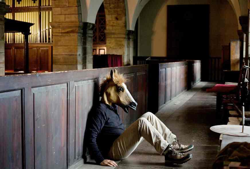 馬のお面と共に、旅をする写真家Jean Bastien Lagrange