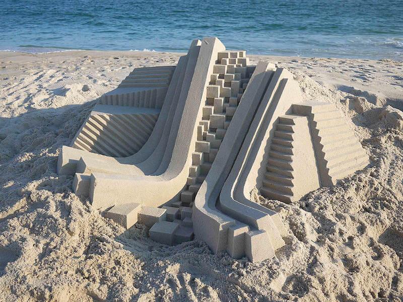 ビーチで注目される幾何学的な砂の彫刻