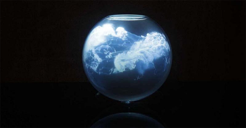 丸い金魚鉢の中で波打つデジタルアート作品