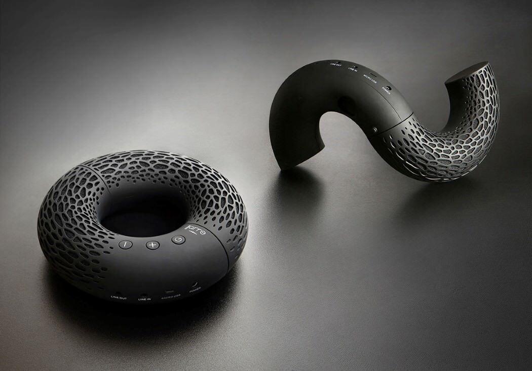 とってもデザイン性のある変形可能なドーナツ型のスピーカーAeroTwist