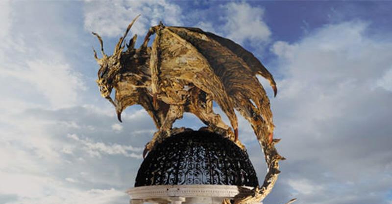 流木からドラゴンなどを作るJames Doran-Webbの流木アート