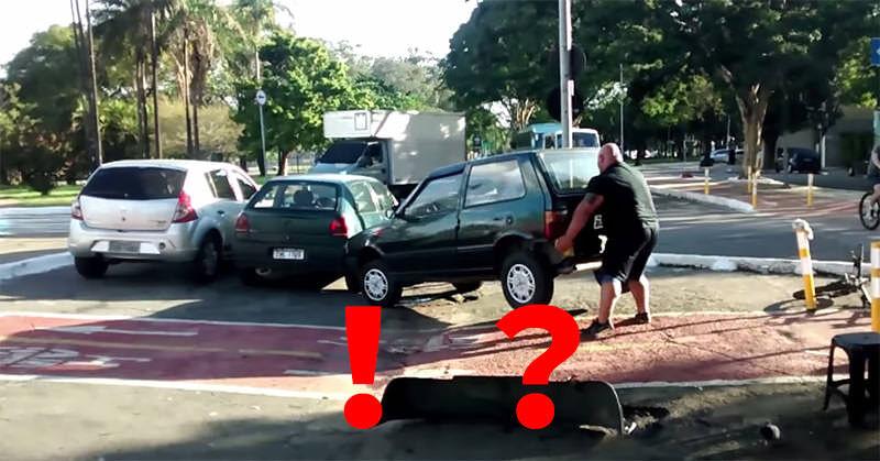 道を塞いでいた迷惑車両を持ち上げてどける怪力オジサン