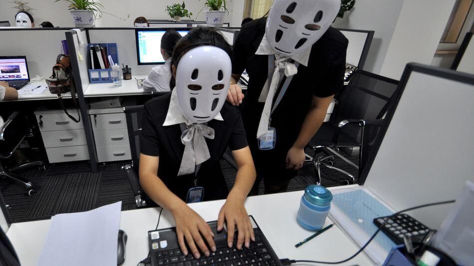 中国のサービス会社が行った「No Face」の日に「カオナシ」のお面が付けられる