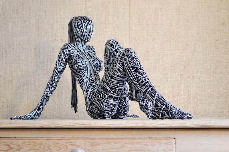 ワイヤーで等身大のボディをかたどるRichard Stainthorpのアート作品