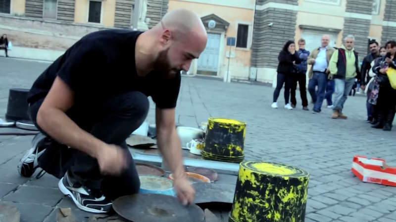 色々な物を叩くストリートドラマーDario Rossiの演奏が素晴らしい