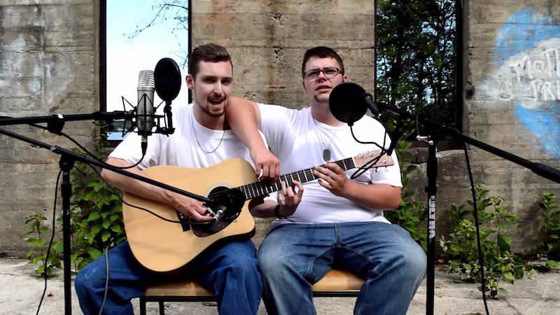 一つのギターでエムネムのThe Real Slim Shadyを演奏する二人のミュージシャン