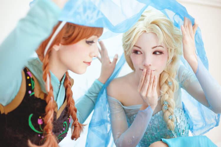 双子姉妹による、アナと雪の女王の美しいコスプレ