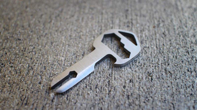 一つで18通りの使い方のある万能チタン製のマルチ工具機能付きカギ:MyKee