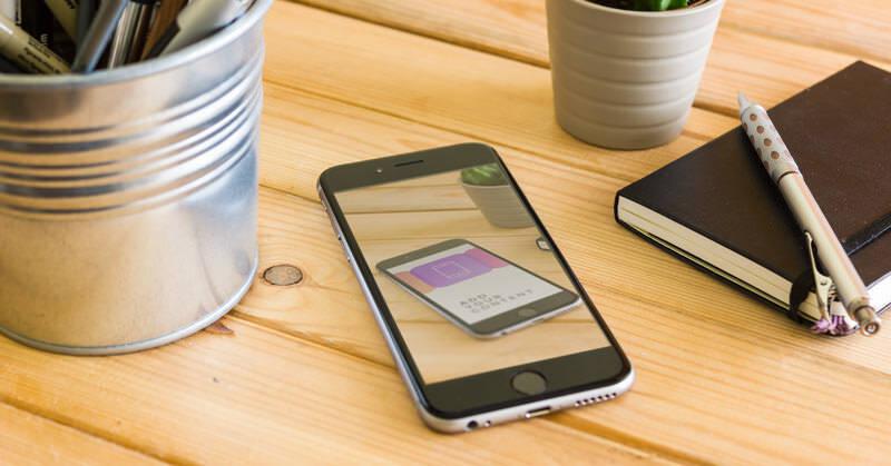 モックアップ 素材:木のテーブルの上に載せられた iPhone 6