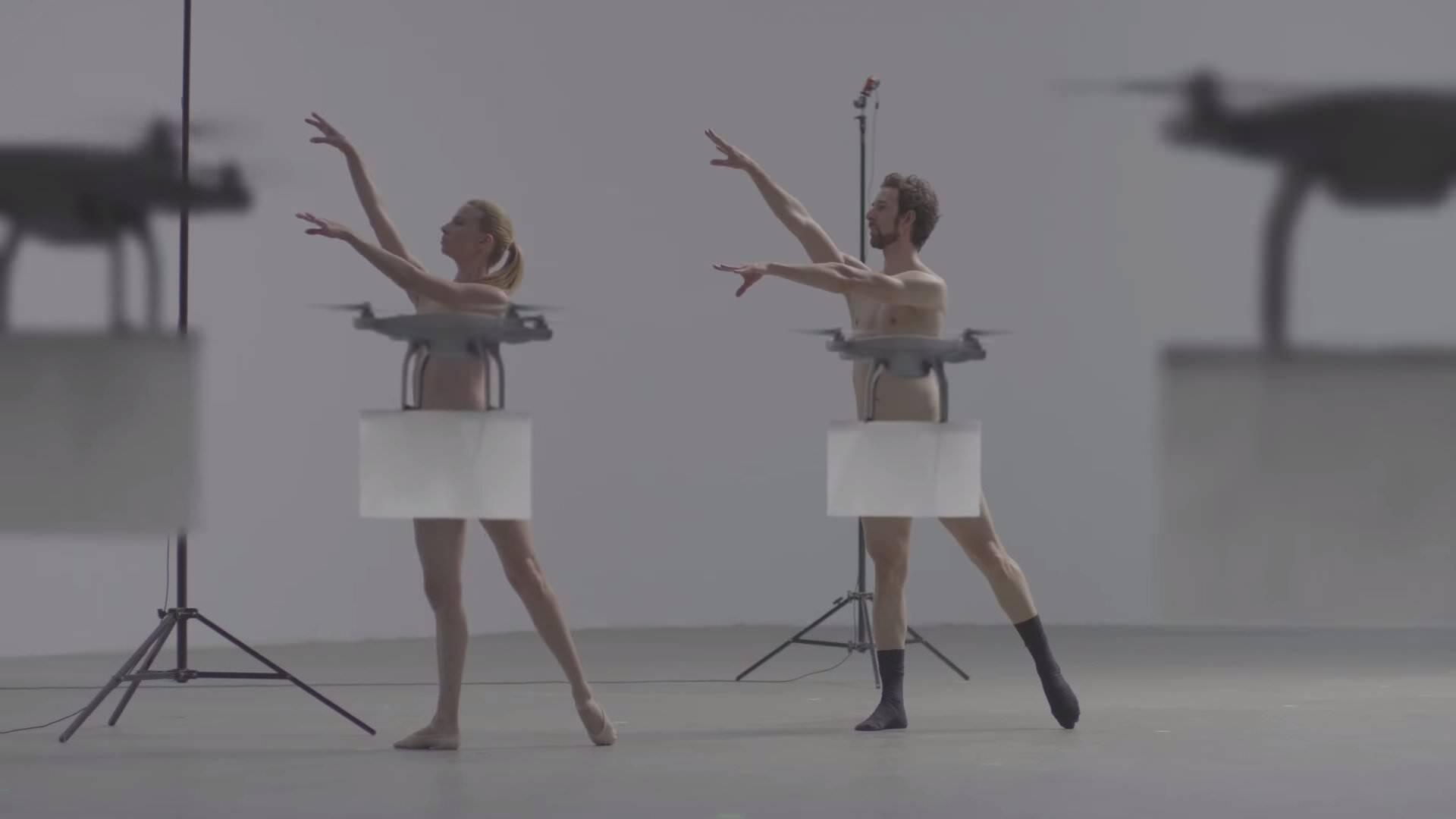 裸のダンスを完璧な立ち回りでドローンがカバーしてくれるCM