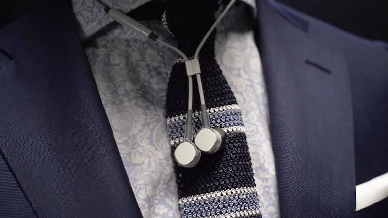 スマホで充電可能な世界最小のワイヤレスイヤホン:PUGZ