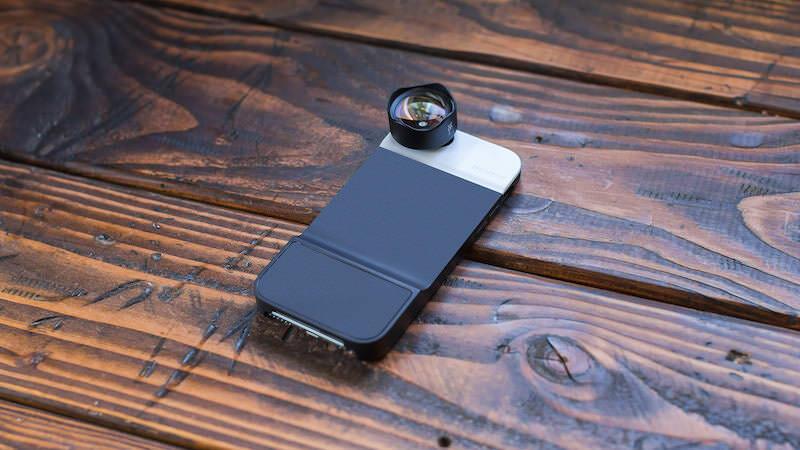 MomentのiPhoneケースは半押しが出来るボタンが有る