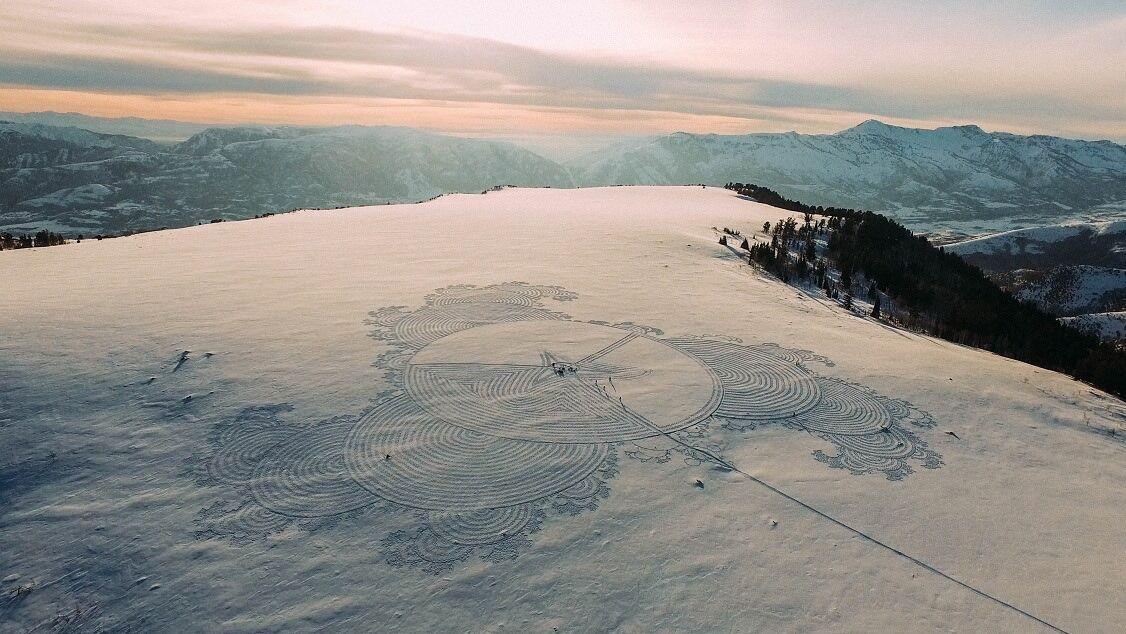 雪原を大きなキャンバスとして描くSimon Beckのスノーアート