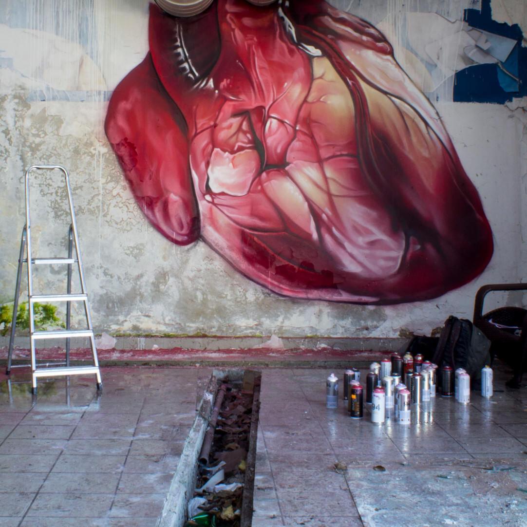 「鼓動」して完成するストリートアート
