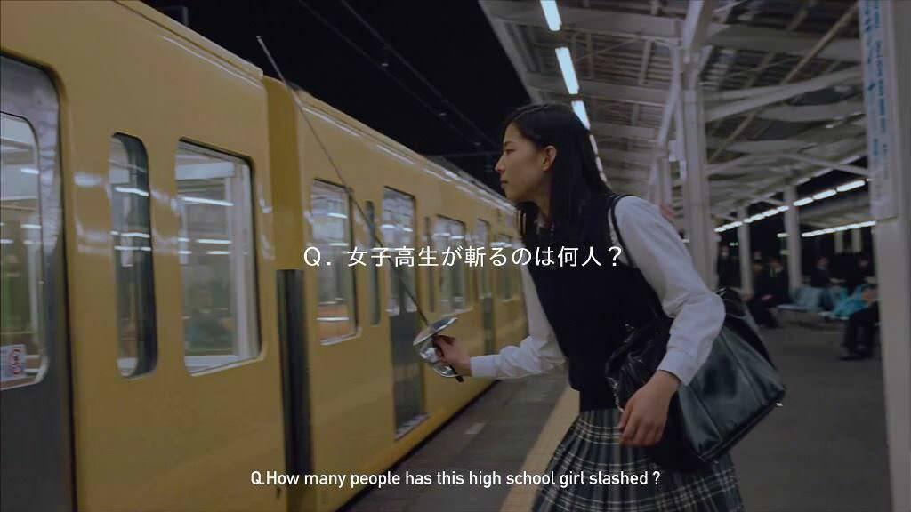 女子高生が駅構内でサラリーマンをバッサバッサと斬っていく映像!そして映像には秘密が!?