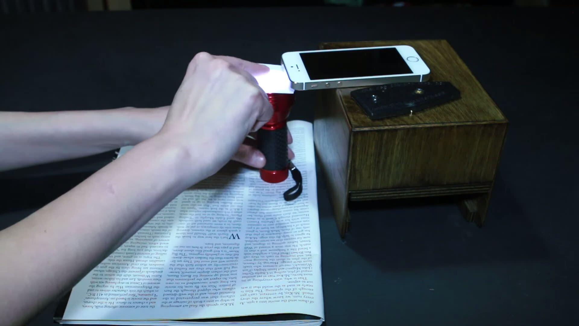 スマートフォンのカメラで顕微鏡をするためのDIY方法