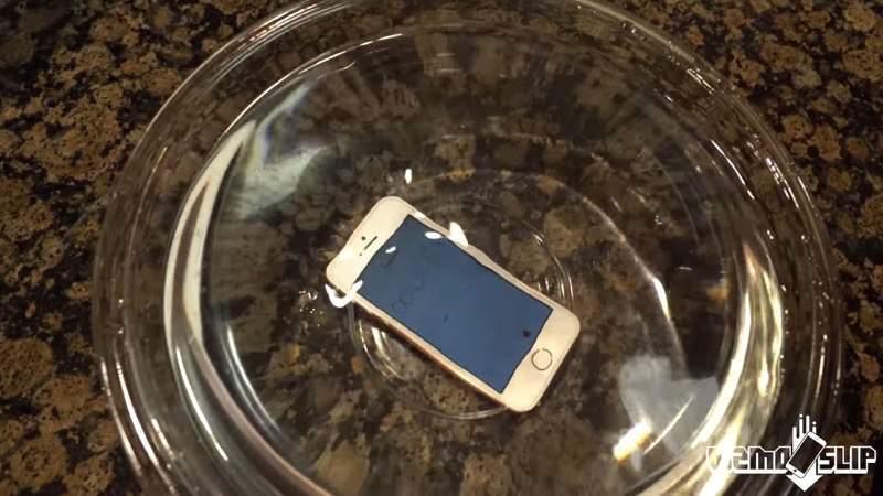 iPhone SEを水没さえ、凍らし、高所から落とすとどうなるの?