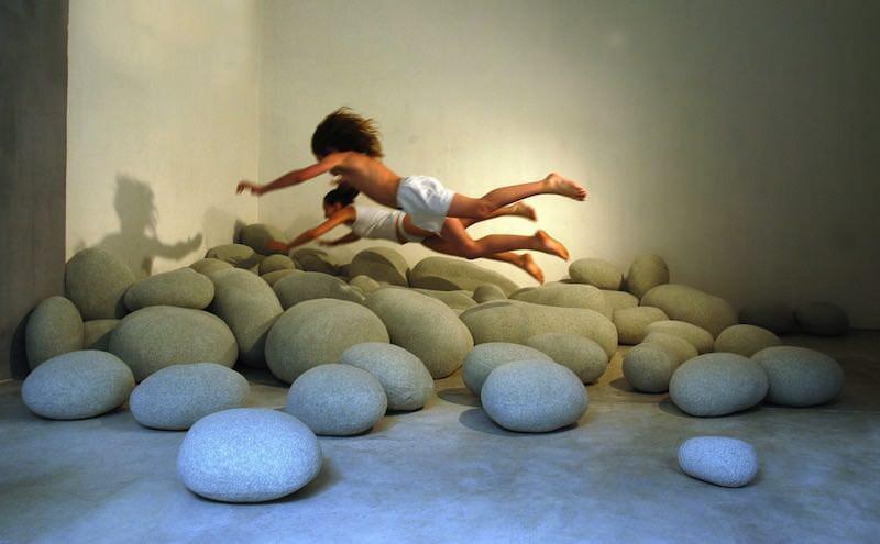 ぶつかっても痛くない、岩のデザインをしたクッション:livingstones