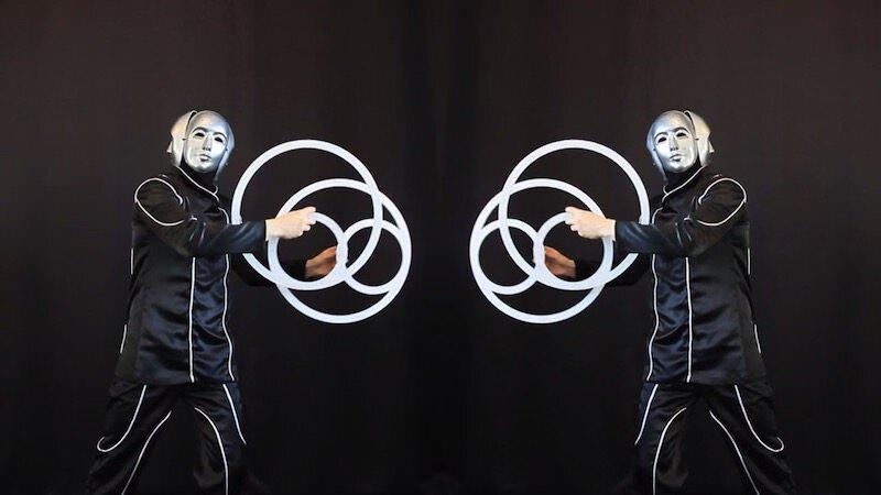 鏡の前でリングを操るパフォーマンス:Shao