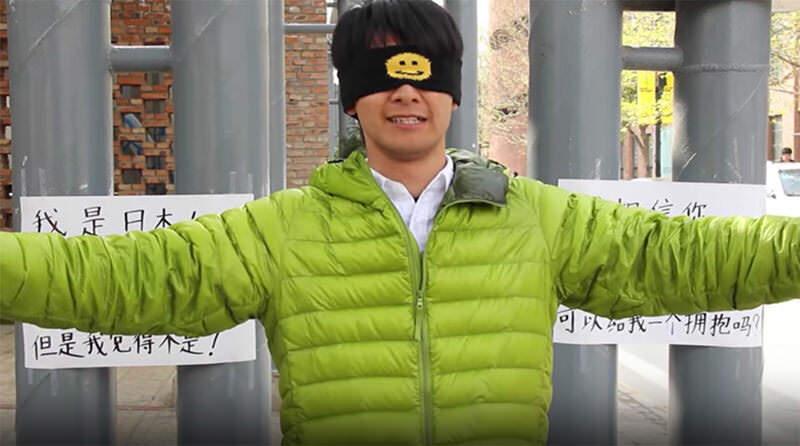 「私は日本人です」日本人が目隠しでフリーハグをしてみた in 中国