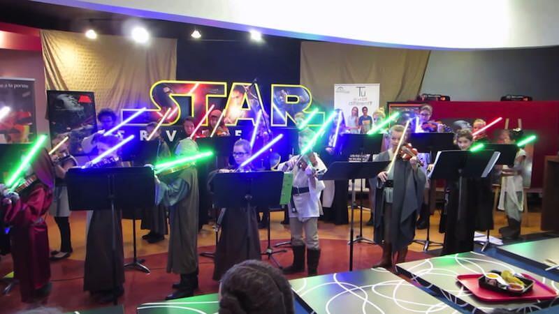 ライトセイバーでスター・ウォーズのテーマをバイオリンを奏でる子供たち