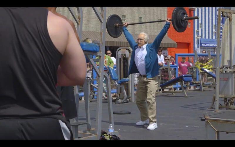 84歳のおじいちゃんに扮してウエイトリフティングをやるいたずら:Kenneth Leverich