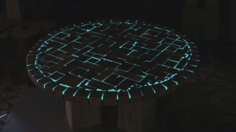 暗闇で光るテーブルを作るウッドワーカー:Positive couple