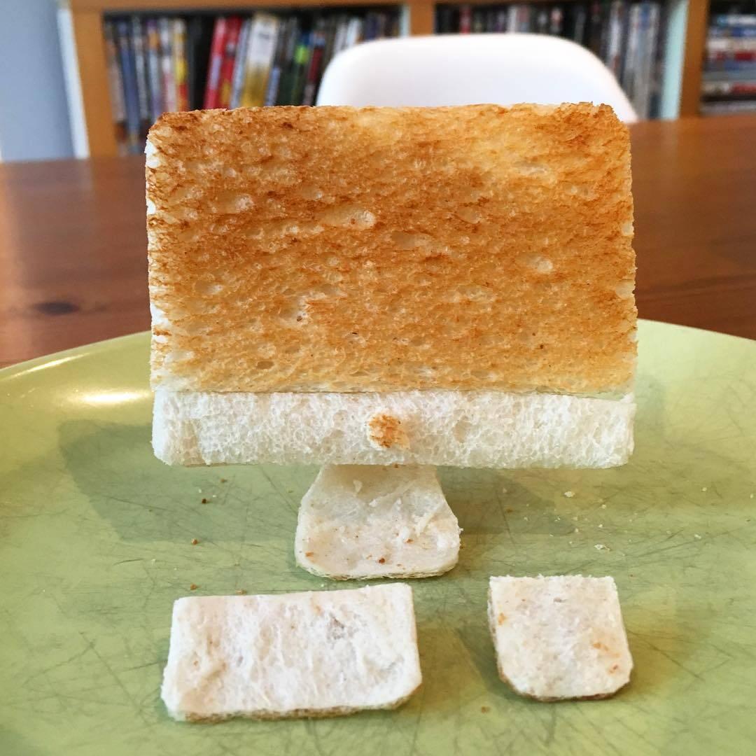 重度の食物アレルギーを持つ娘のために、パパが編み出したのはトーストの彫刻