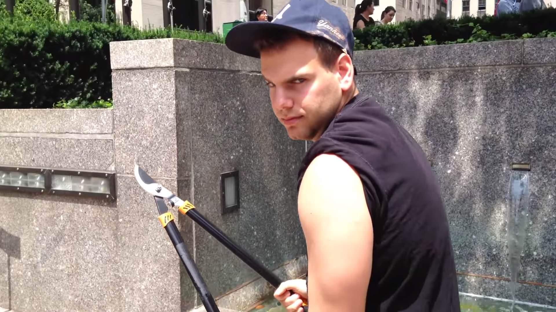 ニューヨークで他人の自撮り棒を切断しまくる男