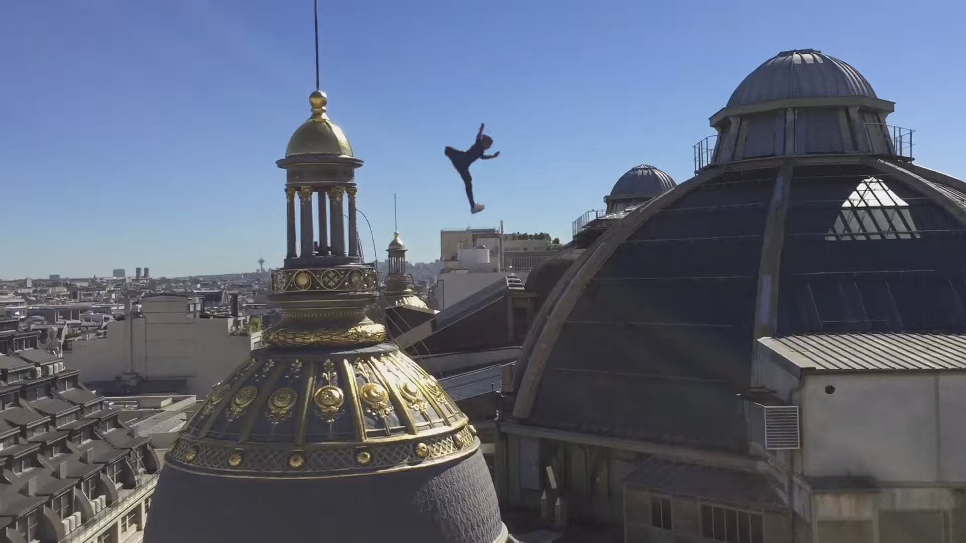 パリジェンヌによるパルクール!?パリの屋根を優雅に渡る!