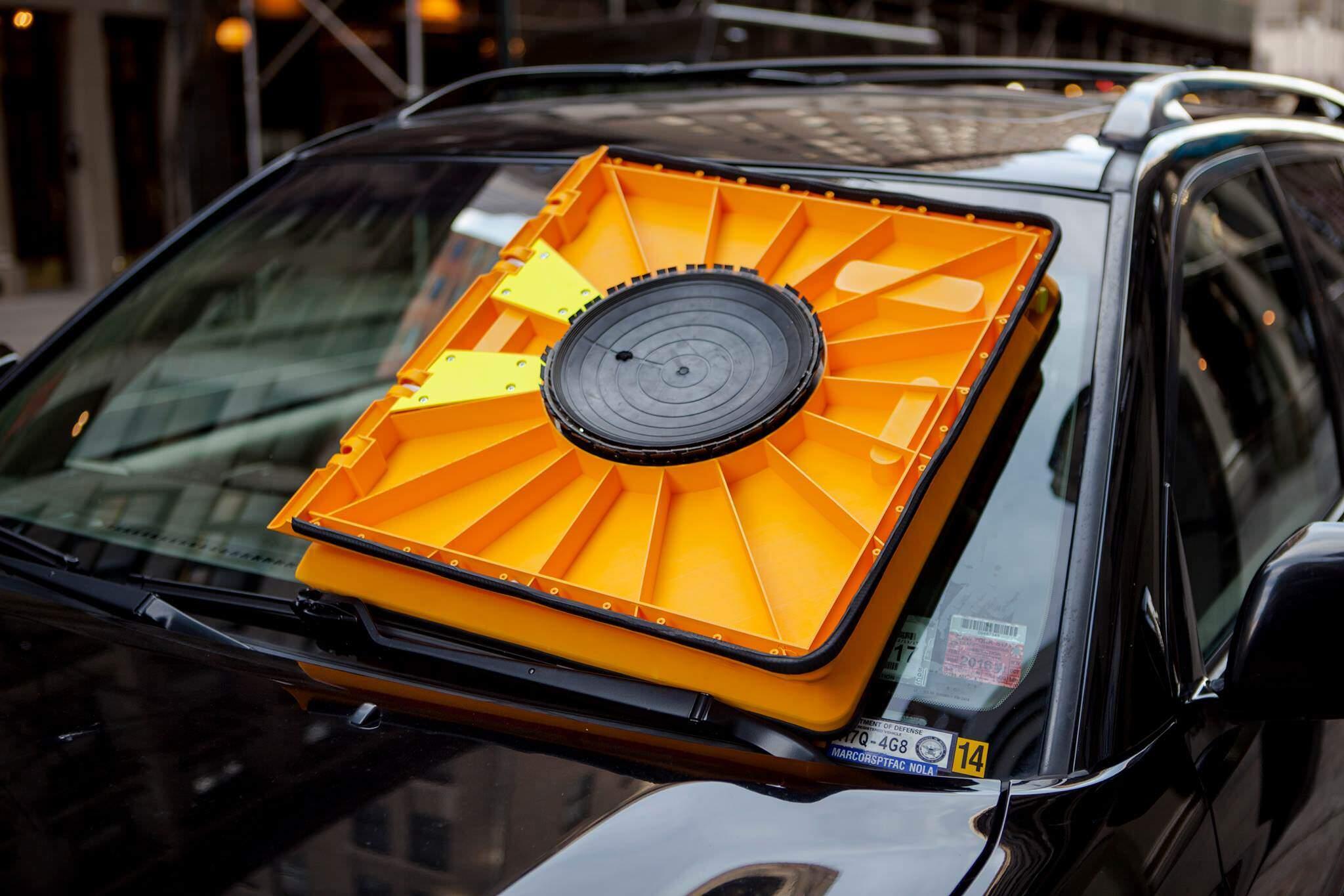 タイヤをロックするのではなく、フロントガラスを防ぐ駐禁取り締まりアイディア