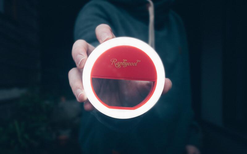 手のひらサイズの自撮り用LEDが物撮りにめっちゃ向いている。