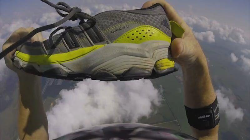 パラシュート降下中に落とした靴をキャッチするスゴ技