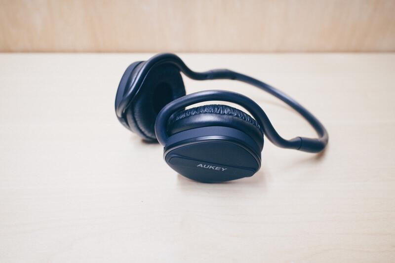 Aukeyの耳かけ式ワイヤレスヘッドセットEP-B26のレビュー、音の傾向は好き