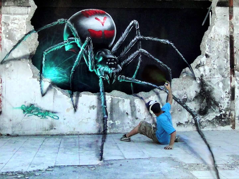 アーティストが自身の描いたクモに食べられるムービー