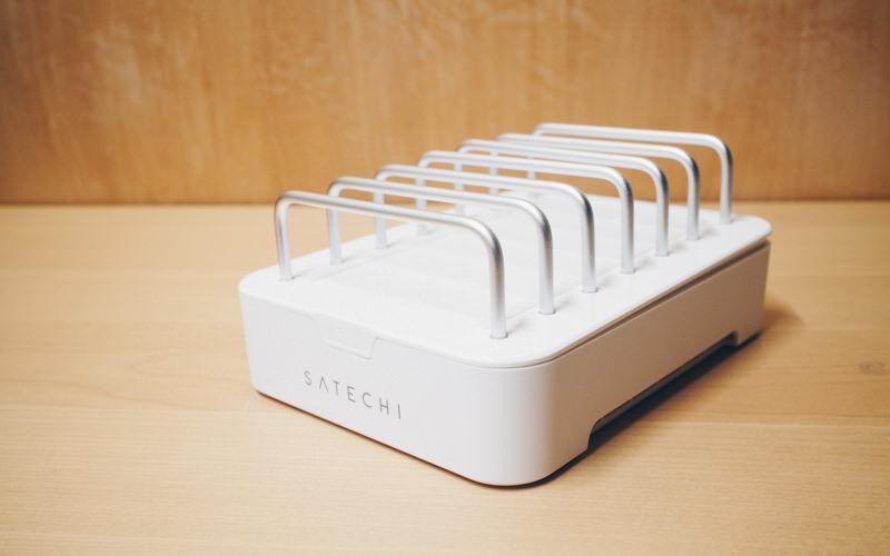 デバイスをたくさんおけるSatechiの充電ステーションでケーブルすっきり