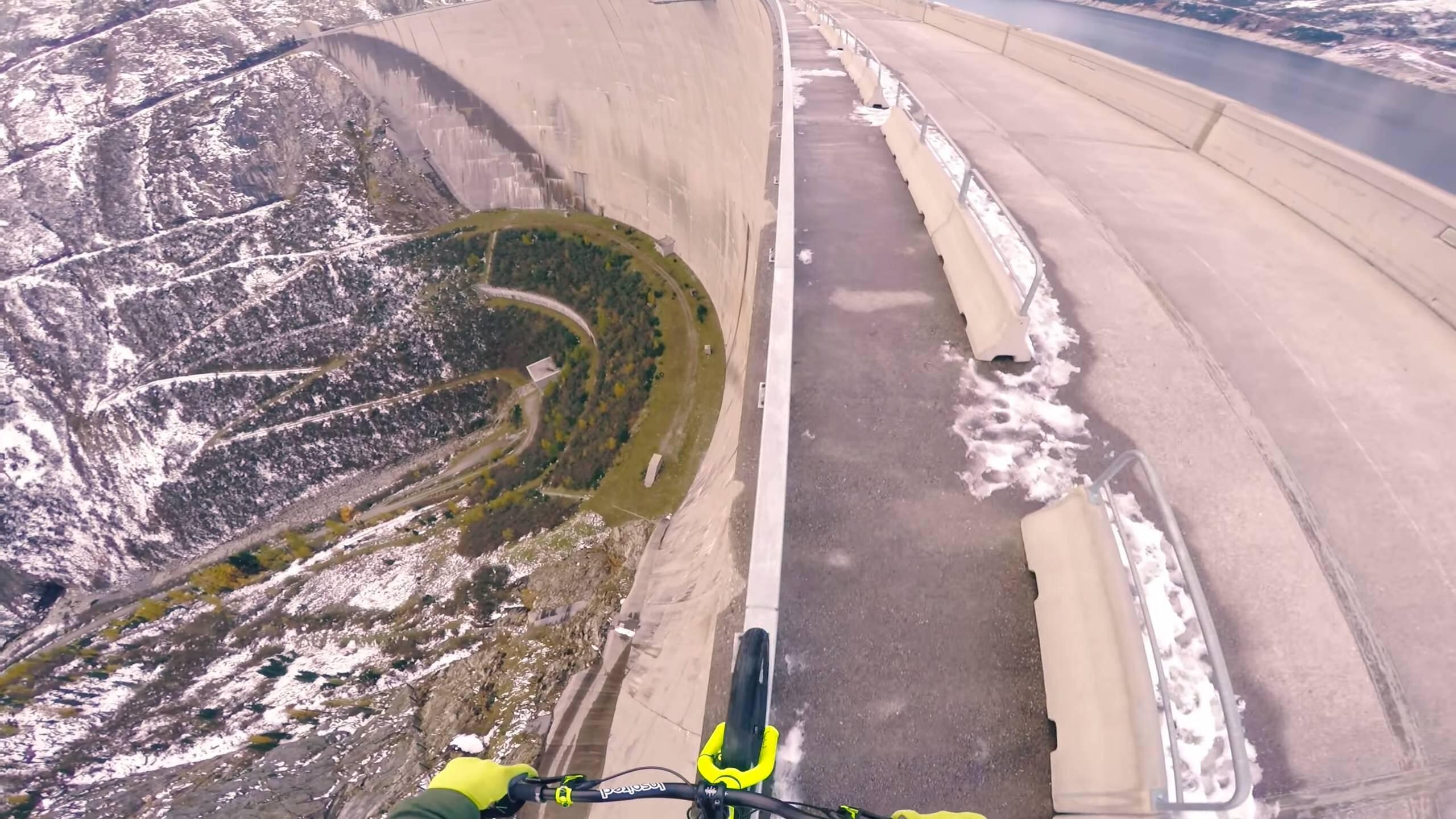 ダムの手すりで自転車に乗るっていうめっちゃ怖い映像:Fabio Wibmer