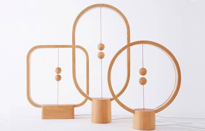 空中にスイッチのある木製ライト:Heng Balance Lamp