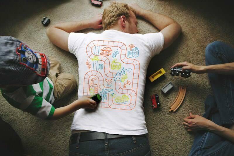 寝ながら子供が遊び、マッサージをしてくれるTシャツ:Train Play Mat T-Shirt