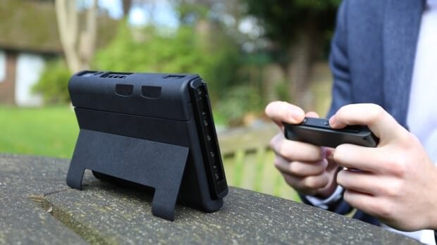 Nintendo Switchを長時間プレイできる外付けバッテリー内蔵ケース:SwitchCharge