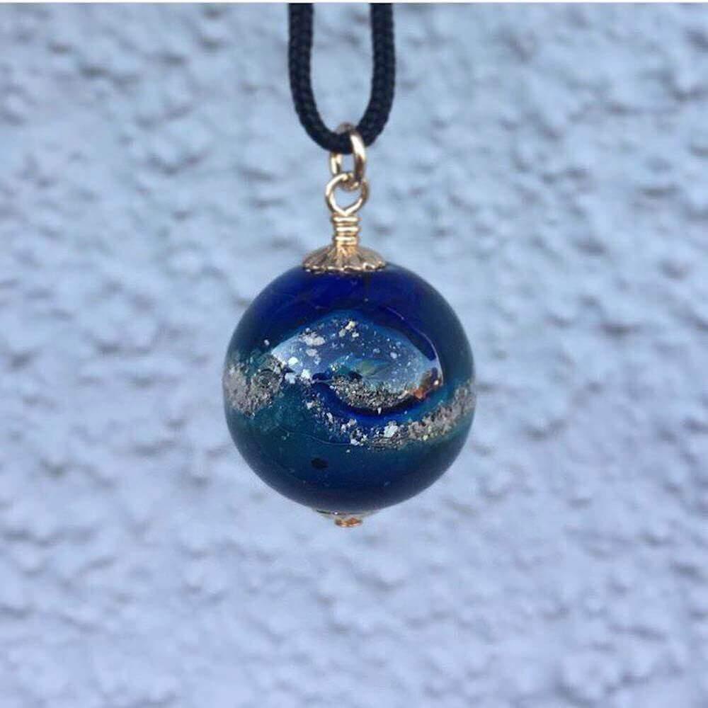 ペットの遺灰が込められたガラス製の小さな惑星アクセサリー:Ash Beads